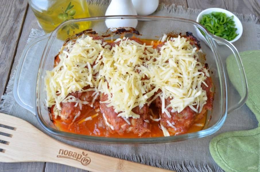 Посыпьте тертым сыром готовое мясо и верните его в духовку на пару минут, чтобы расплавился сыр.