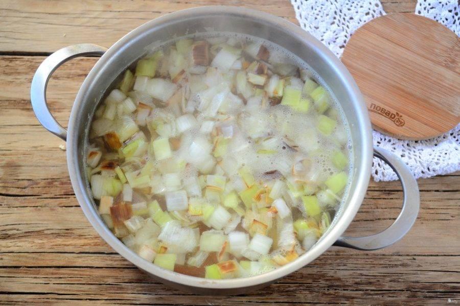 Отправьте обжаренный лук в суп, попробуйте на соль. Если нужно, досолите.