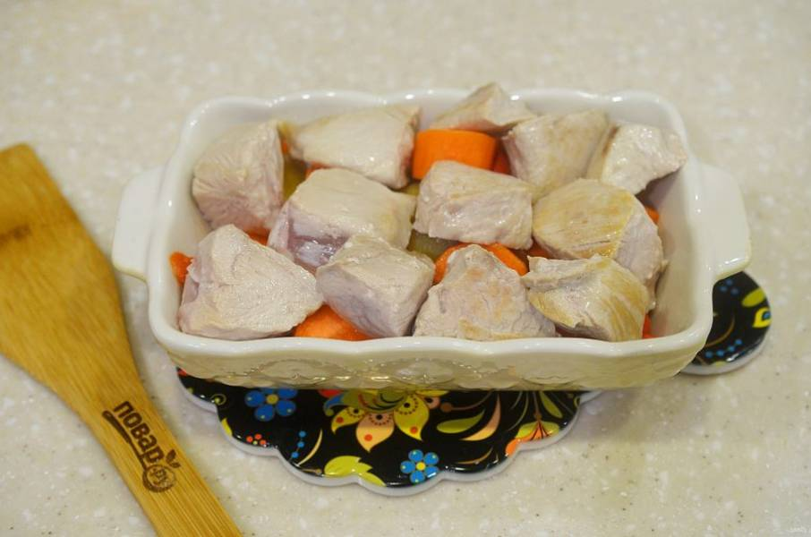 4. Выложите индейку на овощи.