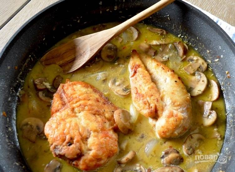 4.Влейте в сковороду вино, добавьте измельченный тимьян, розмарин, хлопья красного перца. Поскребите по дну сковороды, затем влейте сливки и верните мясо, готовьте на слабом огне под закрытой крышкой 20-25 минут. Подавайте готовое мясо горячим.