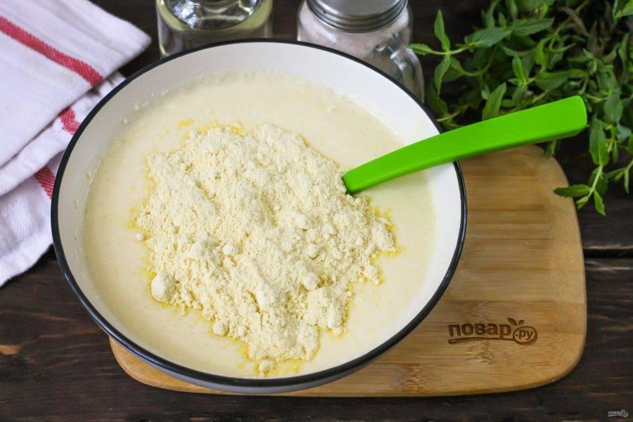 Всыпьте пшеничную муку, предварительно ее просеяв. Замесите не тугое тесто. По консистенции оно будет чуть гуще, чем тесто для оладий.