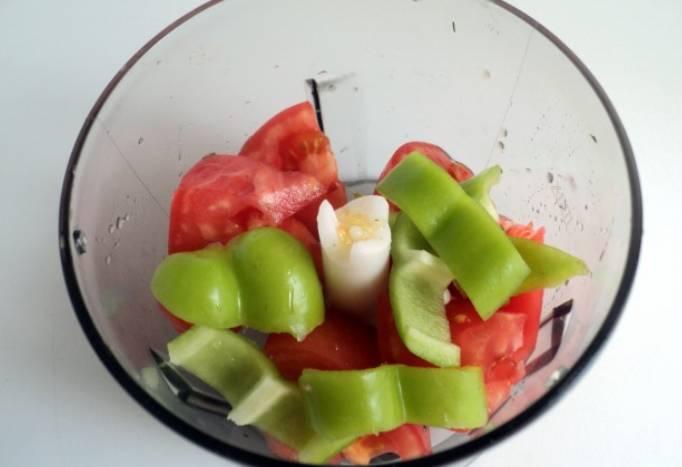 В чашу блендера кладем помидор, порезанный крупными кусочками, и оставшийся болгарский перец (его нужно крупно порезать).