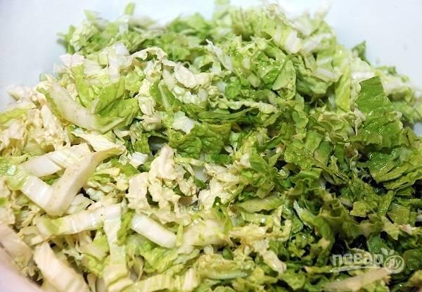 3. Нашинкуйте капусту и выложите в глубокий салатник.