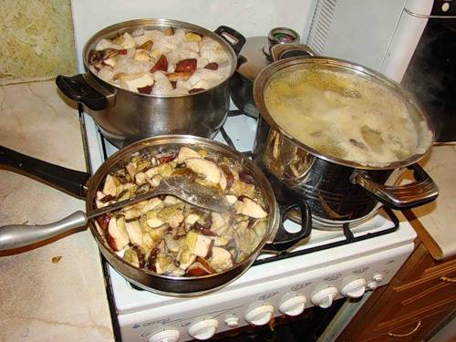 5. Отцеживаем грибы, каждый окунаем в муку и обжариваем на сковороде. Также их можно бросить на сковороду и присыпать мукой.