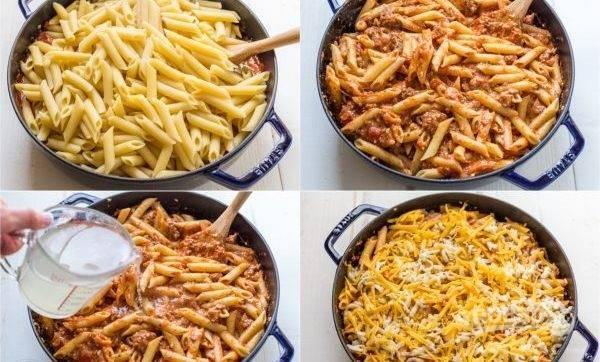 """4. Распределите макароны и мясную начинку слоями в форме для выпекания, налейте 1/3 стакана воды для готовки макарон и украсьте сверху тертым сыром """"Моцарелла""""."""