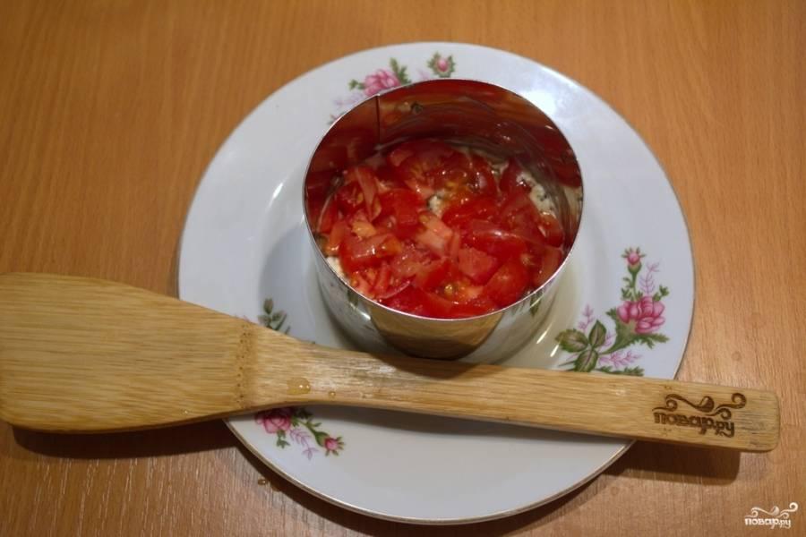 Слой грибов нужно смазать майонезом. Измельчите свежий помидор. Выложите его следующим слоем.