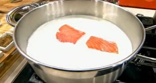 Картофель заливаем горячим молоком. Нарезанную произвольными кусками красную рыбу добавляем в кастрюлю.