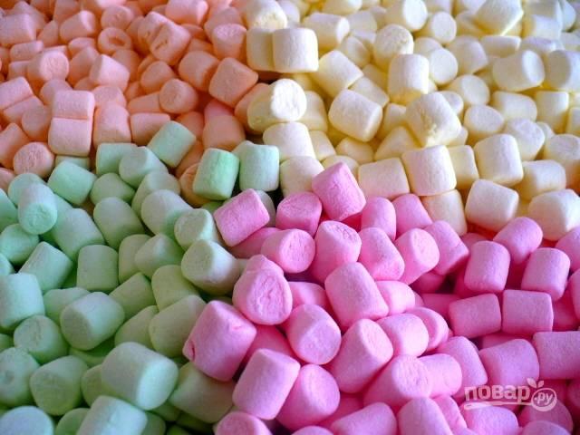 Подготовьте маршмеллоу, я брала разноцветные. Но можно брать белые и потом их покрасить.