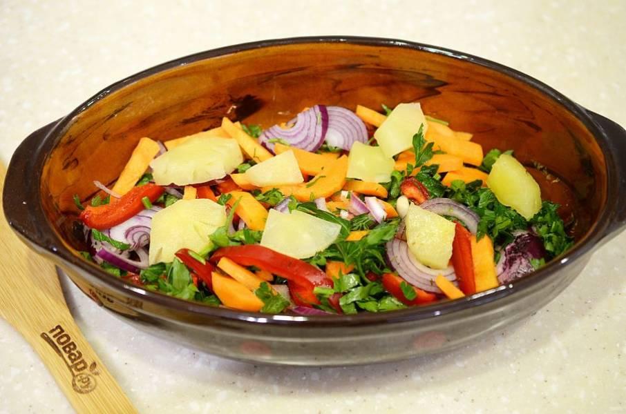 2. Жаропрочную форму смажьте маслом, выложите овощи и кусочки ананаса.