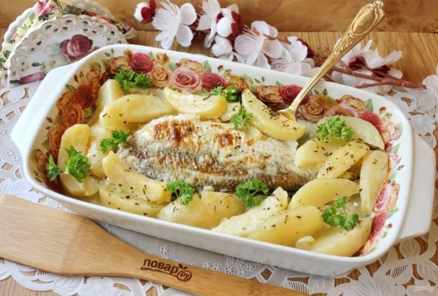 Лещ запеченный с картофелем в духовке готов. Подавайте к столу в горячем виде с овощами и соленьями.