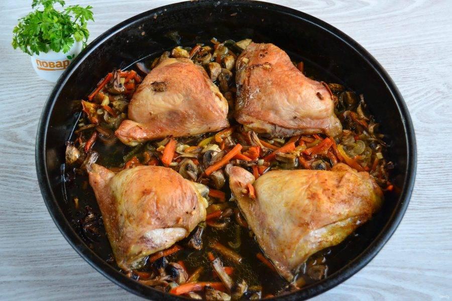 Когда бедрышки слегка запекутся и на поверхности образуется корочка, добавьте в форму примерно 200 мл. воды. Так овощи протушатся и не сгорят. Запекайте еще 20-25 минут до готовности курицы и овощей.