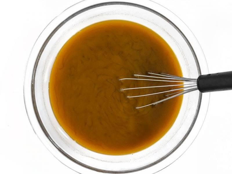 4.Добавьте к чаю куркуму, мед, влейте горячее молоко и перемешайте.