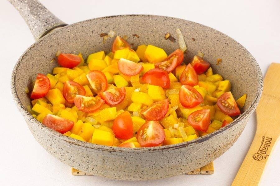 В последнюю очередь добавляем чеснок и помидоры, жарим около 1 минуты. Солим по вкусу.