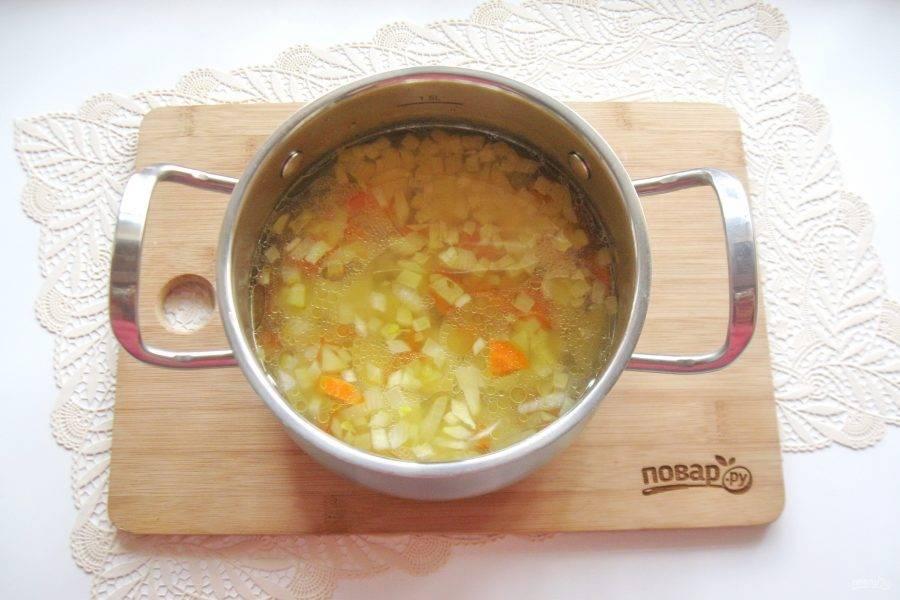 После выложите морковь с луком в кастрюлю.