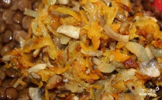 Обжарьте на растительном масле морковь, лук, чеснок и грибы. Добавьте яйцо, соль, специи, чечевицу, затем всыпьте муку, сухари и хорошенько размешайте.