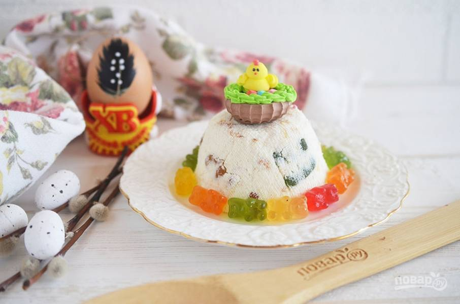 5. Переверните Пасху на тарелку и украсьте конфетами. Светлой Вам Пасхи!