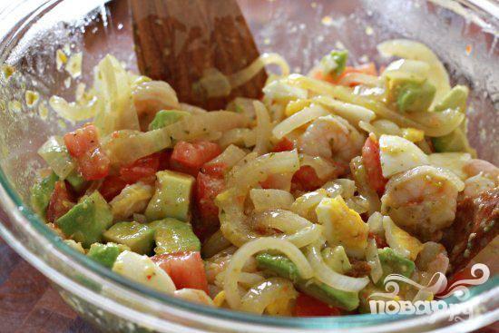 5. Салат можно подавать сразу или хранить в холодильнике. Подавайте этот салат с белым рисом или на ложе из листьев шпината.