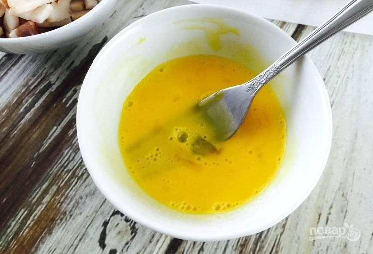 2.Одно яйцо разделите на белок и желток. Белок уберите в сторону, желток смешайте со сливками, также отставьте в сторону.