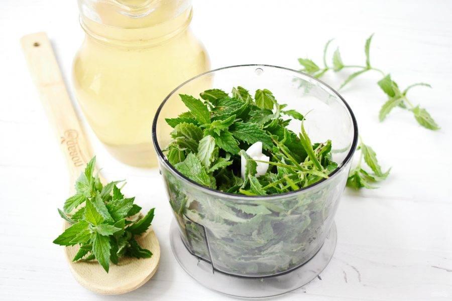 Из сахара и воды сварите сироп, остудите, добавьте лимонный сок. Листья мяты и эстрагона (тархуна) вымойте. Поместите зелень в блендер, залейте сиропом, пробейте до однородности.