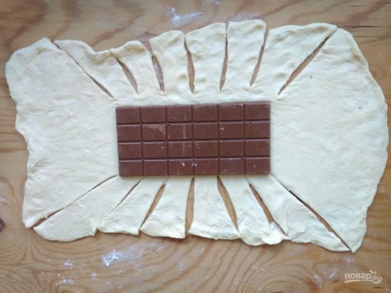 3. По бокам сделайте разрезы ножом через равное расстояние по диагонали, чтобы они начинались от шоколада. Смотрите, как на фото.