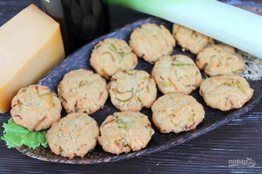 Печенье с луком-пореем и сыром готово, угощайтесь!