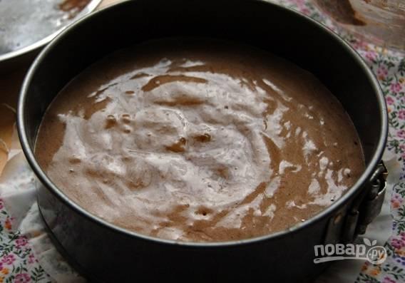 4. Выложите тесто в смазанную маслом форму и отправьте в духовку на полчаса примерно (проверяйте готовность зубочисткой, ведь время зависит от высоты коржа).