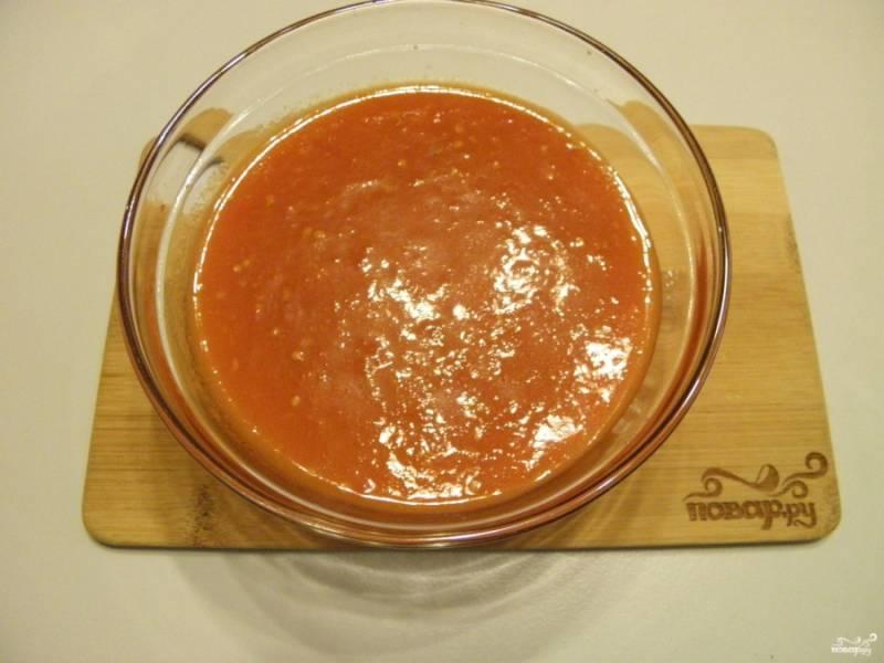 Очистите морковь и чеснок, порежьте кусочками или пластинками тонко. С помидоров снимите шкурку и пропустите мякоть через мясорубку или блендер.