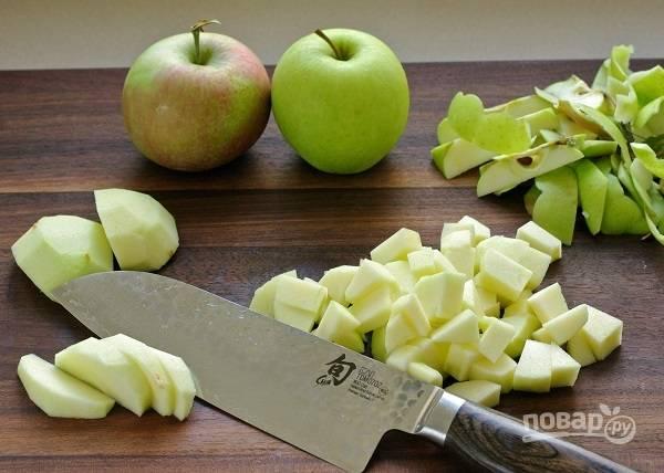 1. Яблоки вымойте, обсушите, очистите и нарежьте кубиками.