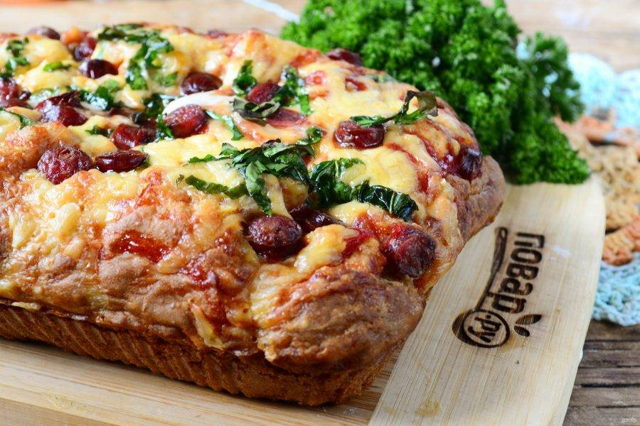 Готовую пиццу подавайте горячей. Она даже в украшениях не нуждается, получается очень яркой и сочной. Кушайте с удовольствием!