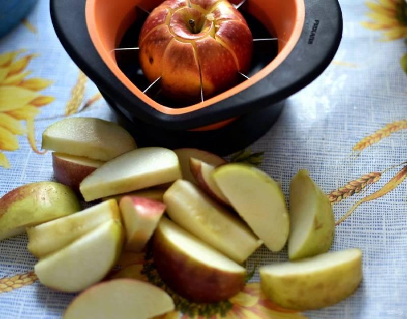 Яблоки вымойте, очистите от сердцевинок и нарежьте на дольки.