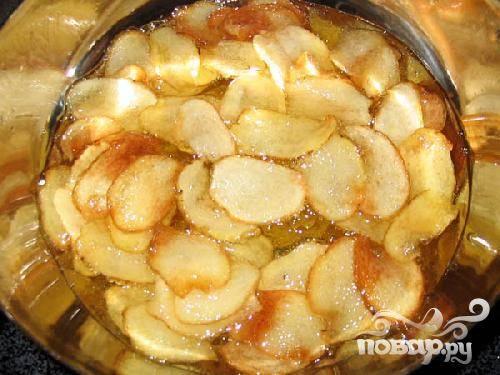 4.Следите за картофелем во время жарки и вынимайте готовые чипсы.  Шумовка отлично подойдет для вынимания. Готовые чипсы промокайте бумажным полотенцем, чтобы удалить лишний жир.