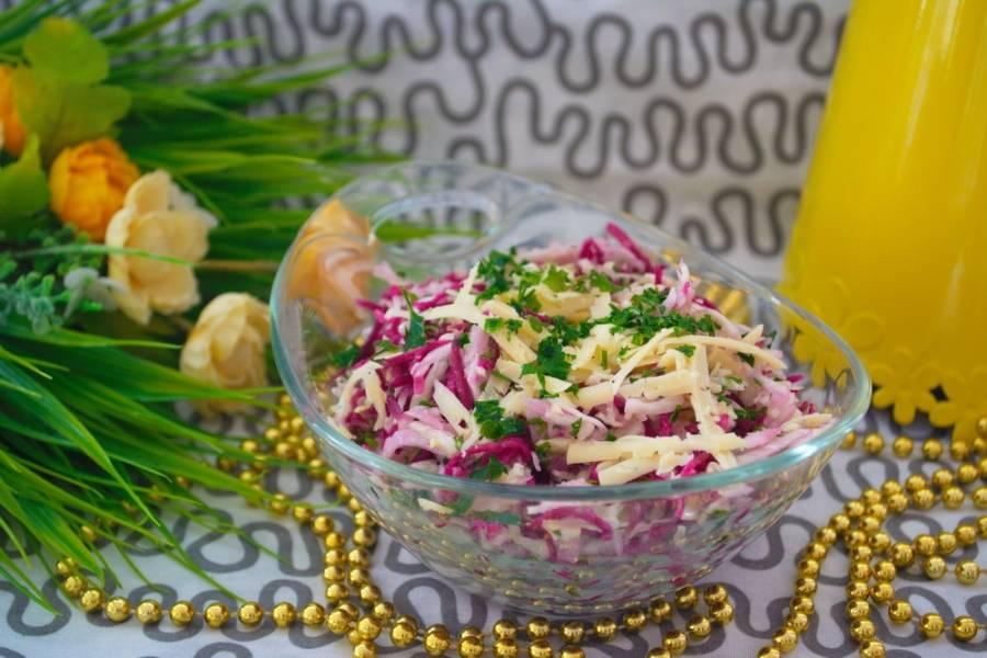 Заправьте салат растительным маслом. Добавьте соль и перец. Перемешайте. Можно подавать к столу. Для данного рецепта можно взять редьку любого сорта ( красную, белую, арбузную, но не черную). Черная редька горчит.