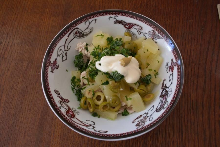 Добавьте в салат измельченную зелень и заправьте его майонезом с горчицей. Соль и перец добавлять не надо.