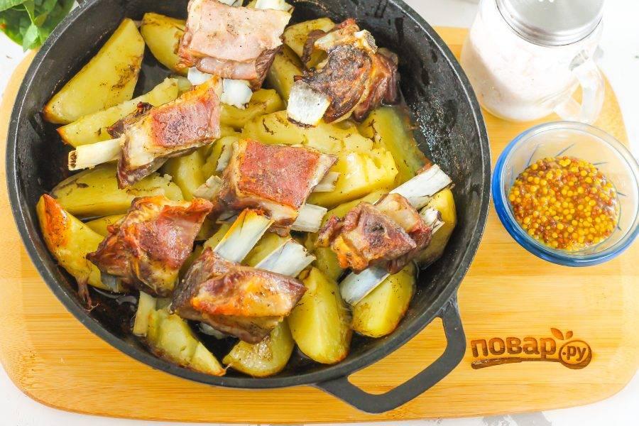 За несколько минут до готовности удалите фольгу и дайте блюду подрумяниться.
