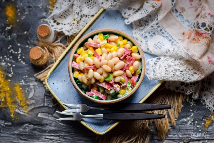 Салат с кукурузой, колбасой и фасолью