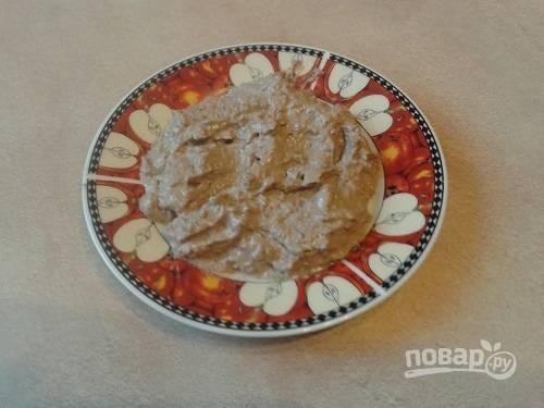 Для закуски можно использовать магазинный паштет, а можно измельчить в блендере тушеную с луком печень.