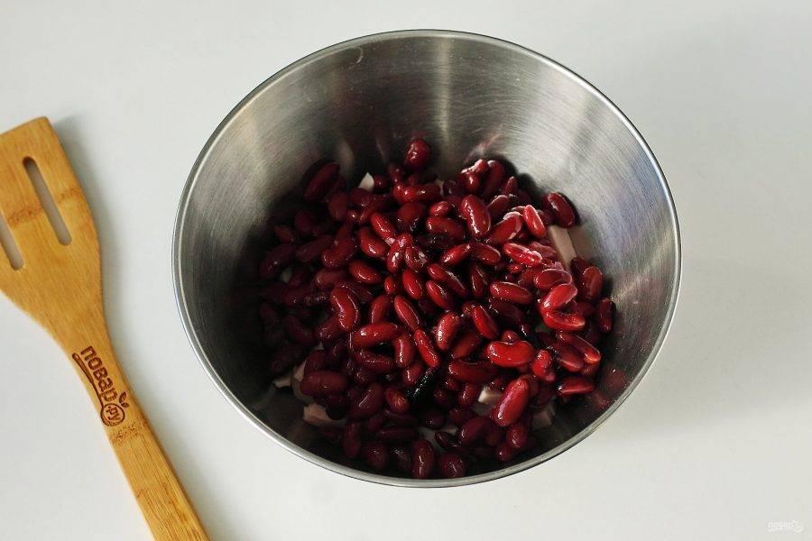 Добавьте фасоль. Фасоль можно использовать как консервированную, так и отварить ее заранее самостоятельно.