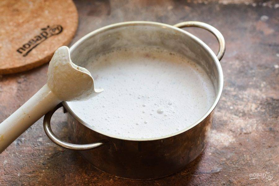 При помощи погружного блендера измельчите все до состояния крем-супа.