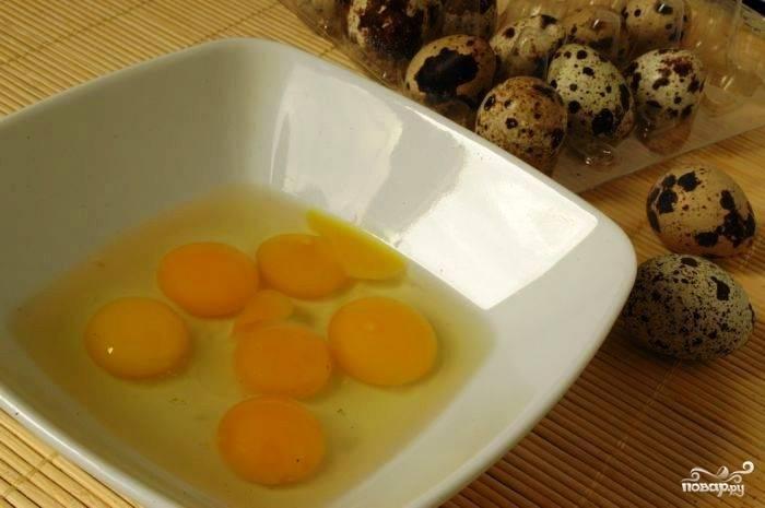 Разбиваем в какую-нибудь емкость наши перепелиные яйца.