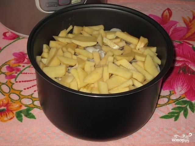 Картошку нарежьте небольшими прямоугольниками при помощи специальной терки или обыкновенного кухонного ножа. Добавьте корнеплод к грибам и луку.