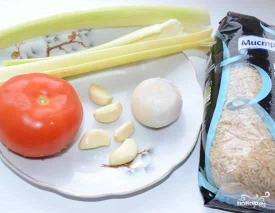 Лук, сельдерей, чеснок и помидор нарежьте кубиками, пока варится рыбный бульон.