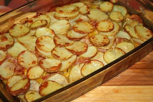 В конце делаем еще один слой из картофеля, его опять солим и перчим, сбрызгиваем маслом. Накрываем форму фольгой и ставим в разогретую до 200 градусов духовку на 15 минут. Через 15 минут снимаем фольгу и ставим форму на верхний уровень, запекаем наше блюдо еще минут 20, затем горяченькое подаем к столу. Приятного все аппетита!