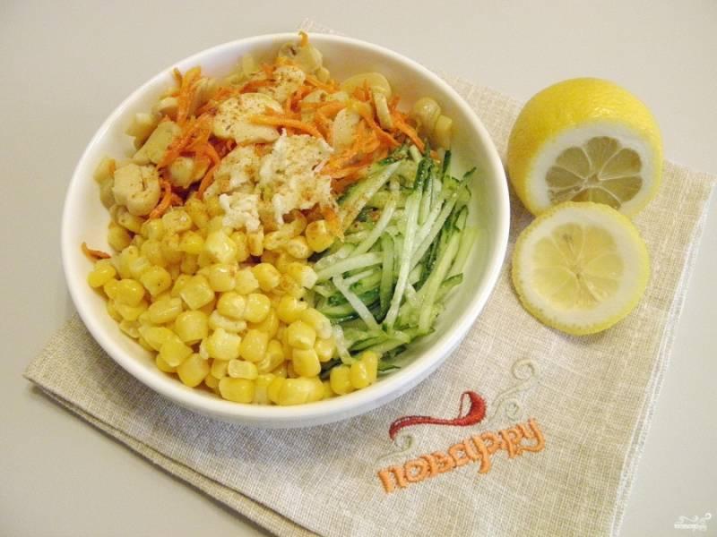 Соедините ингредиенты салата, добавьте чеснок пропущенный через пресс, соль, перец чили молотый. Перемешайте и заправьте салат лимонным соком и ложечкой растительного масла.