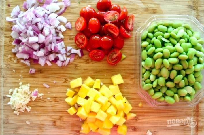 Теперь подготовим овощи и фрукты. Манго очистите и порежьте кубиком, измельчите лук, нарежьте помидорки. Я использую тут отварные соевые бобы.
