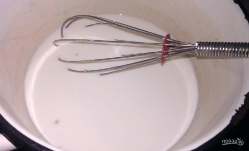 1. Это рецепт теста уже давно проверен и подойдет для тех, кто любит тяжелое тесто. Подогреваем молоко и добавляем дрожжи. Обратите внимание на то, что молоко не должно быть горячим, иначе дрожжи испортятся.