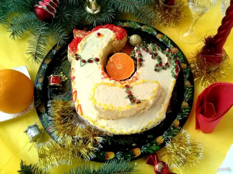 Намажьте кремом крыло. Украсьте петушка с помощью зерен граната и разноцветной глазури, которую можно купить в тюбиках. Счастливого Нового года!