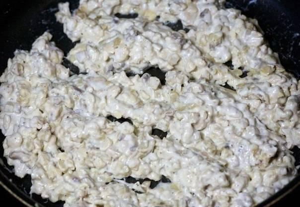 5. Готовую начинку необходимо как следует остудить, а затем добавить немного измельченного сыра фета.