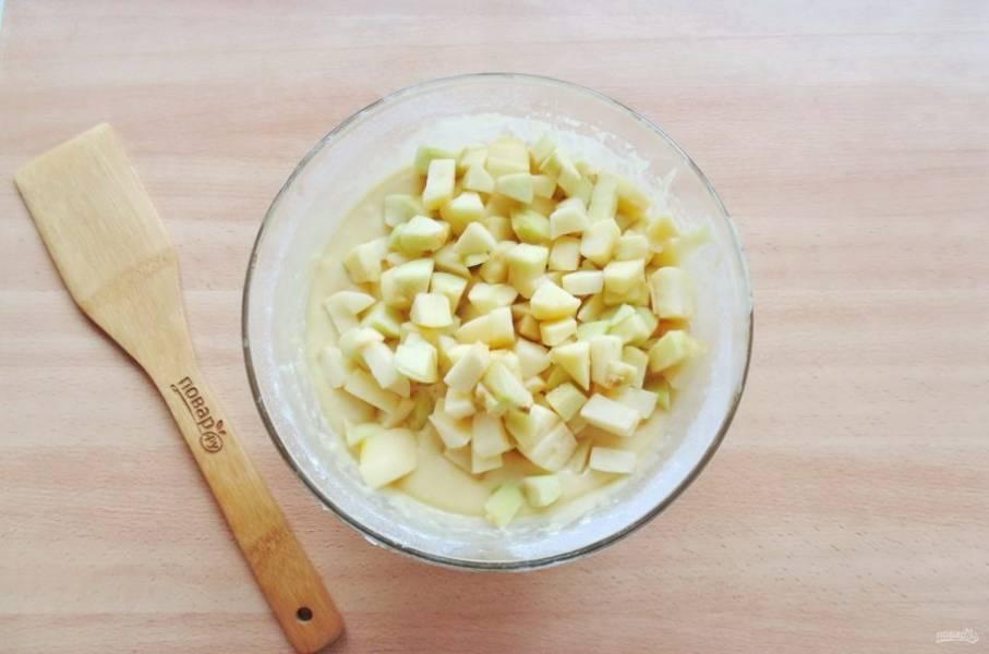Нарезанные яблоки добавьте в тесто.