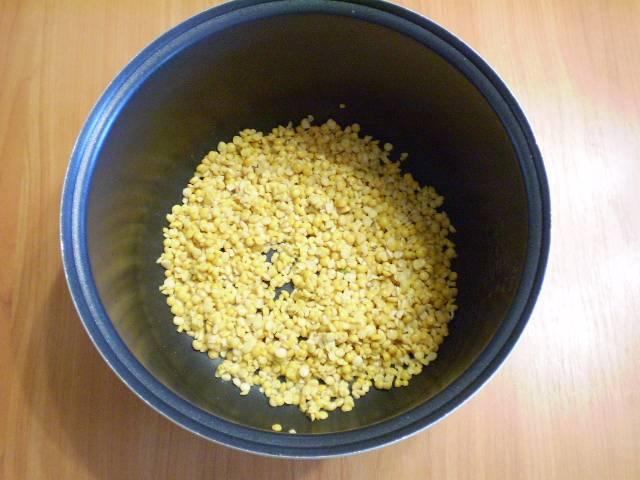 """3. Кладем горох в кастрюлю мультиварки, добавляем соль и воду и варим в режиме """"Суп"""" 1 час."""