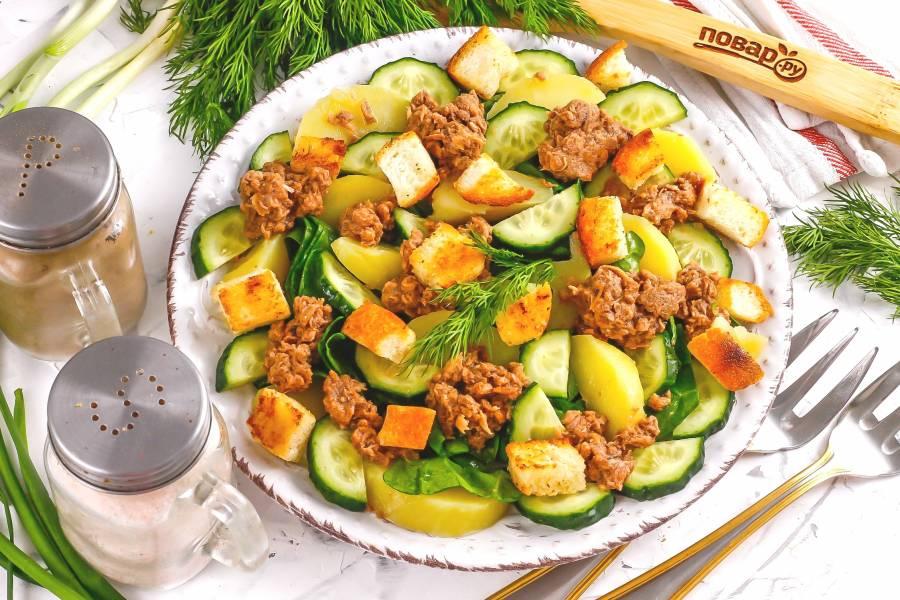 Салат с тунцом и сухариками